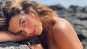 Giovanna Lancellotti em Fernando de Noronha com a cabeça deitada em uma pedra