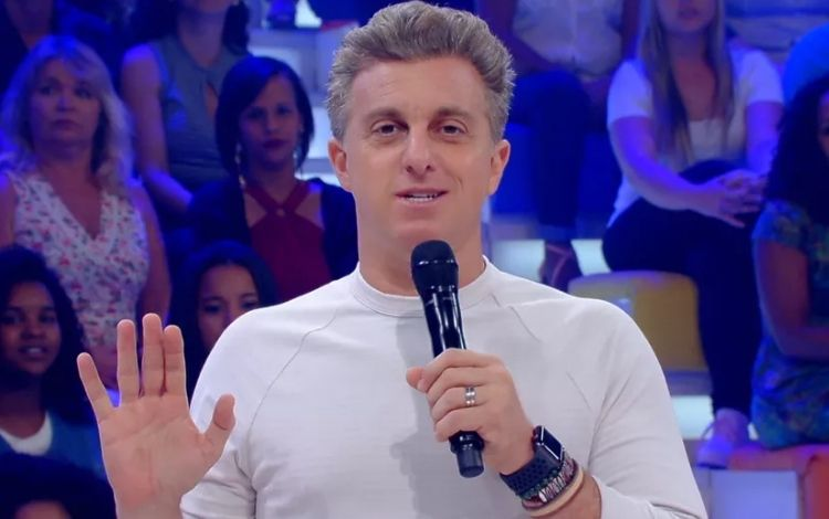 Luciano Huck apresentando o Caldeirão