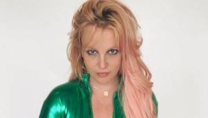 Britney Spears com uma roupa verde posando para a foto