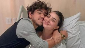 Mabel em uma cama de hospital e João Fernandes abraçado com ela