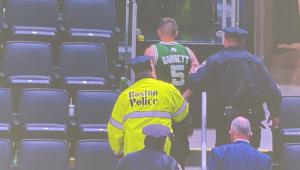 Torcedor foi preso depois de arremessar garrafa de água em jogador de basquete nos EUA