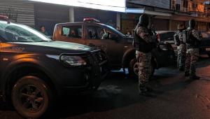 Polícia Militar fazendo guarda na favela do Terreirão, no Rio de Janeiro