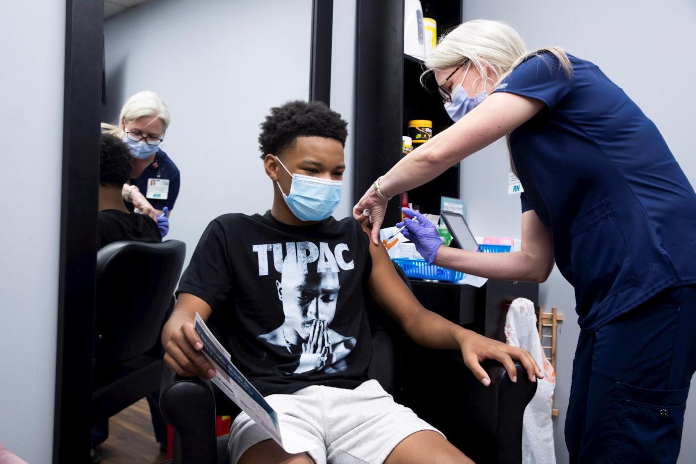 Adolescente é vacinado contra a Covid-19