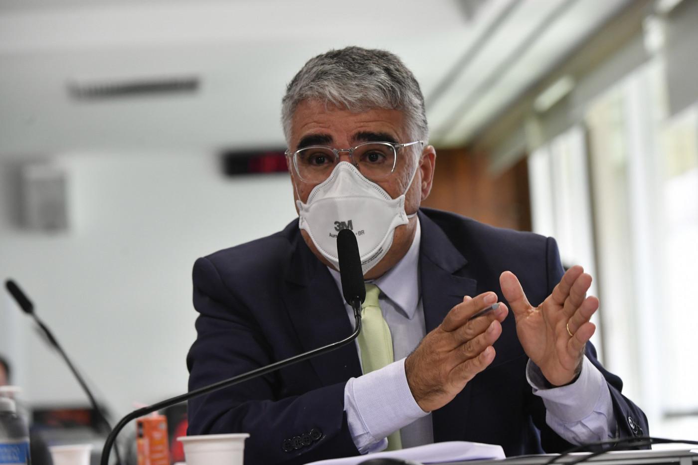 O senador Eduardo Girão durante pronunciamento