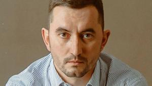 Stepan Latypov utilizou uma caneta para perfurar a própria garganta durante julgamento em Belarus