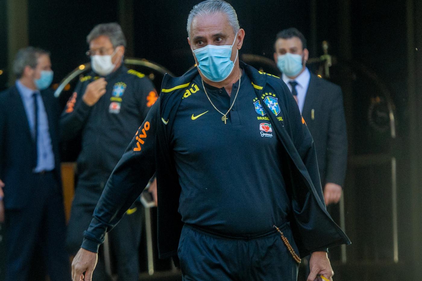 O técnico Tite, da Seleção Brasileira de Futebol, deixa o Hotel onde estava hospedado com a equipe