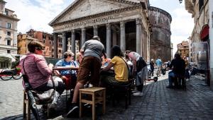 Pessoas almoçam ao ar livre em restaurante na frente do Panteão, no centro de Roma