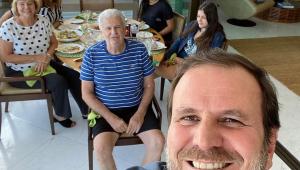 Eduardo Paes tirando selfie com a família