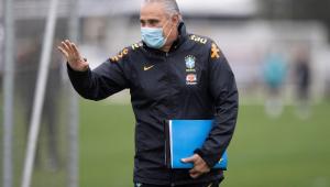 Tite cumprimenta funcionários da CBF em treinamento da seleção brasileira