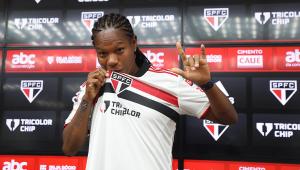 Formiga beija o escudo do São Paulo durante apresentação