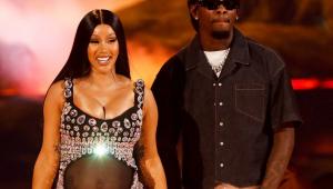 Cardi B grávida em apresentação do BET Awards ao lado do rapper Offset
