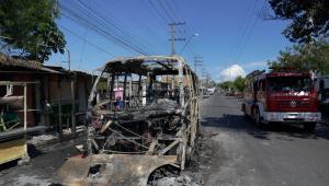 Ônibus incendiado após onda de violência em Manaus
