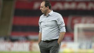 Rogério Ceni observa partida entre Flamengo e Fortaleza pelo Campeonato Brasileiro