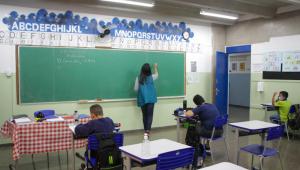 Professora dá aula em sala de aula com poucos alunos no Céu Jaçanã, em São Paulo