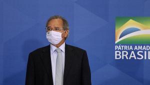 O ministro da Economia, Paulo Guedes, na frente do slogan do governo Bolsonaro: 'Pátria Amada Brasil'