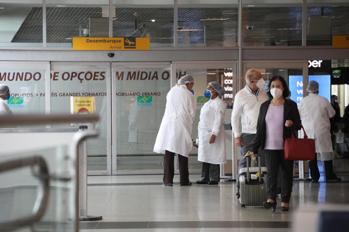 Passageira passa por barreira sanitária em aeroporto