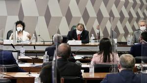 Imagem aberta mostra depoimento da médica Nise Yamaguchi no Senado, com Omar Aziz à sua direita, Renan Calheiros ao lado do presidente da CPI; outros senadores aparecem de costas, sentados em suas mesas na comissão