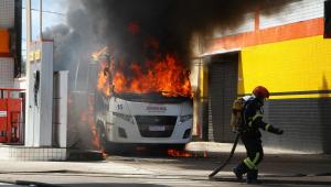 Bombeiros apagam fogo em ônibus incendiado em Manaus