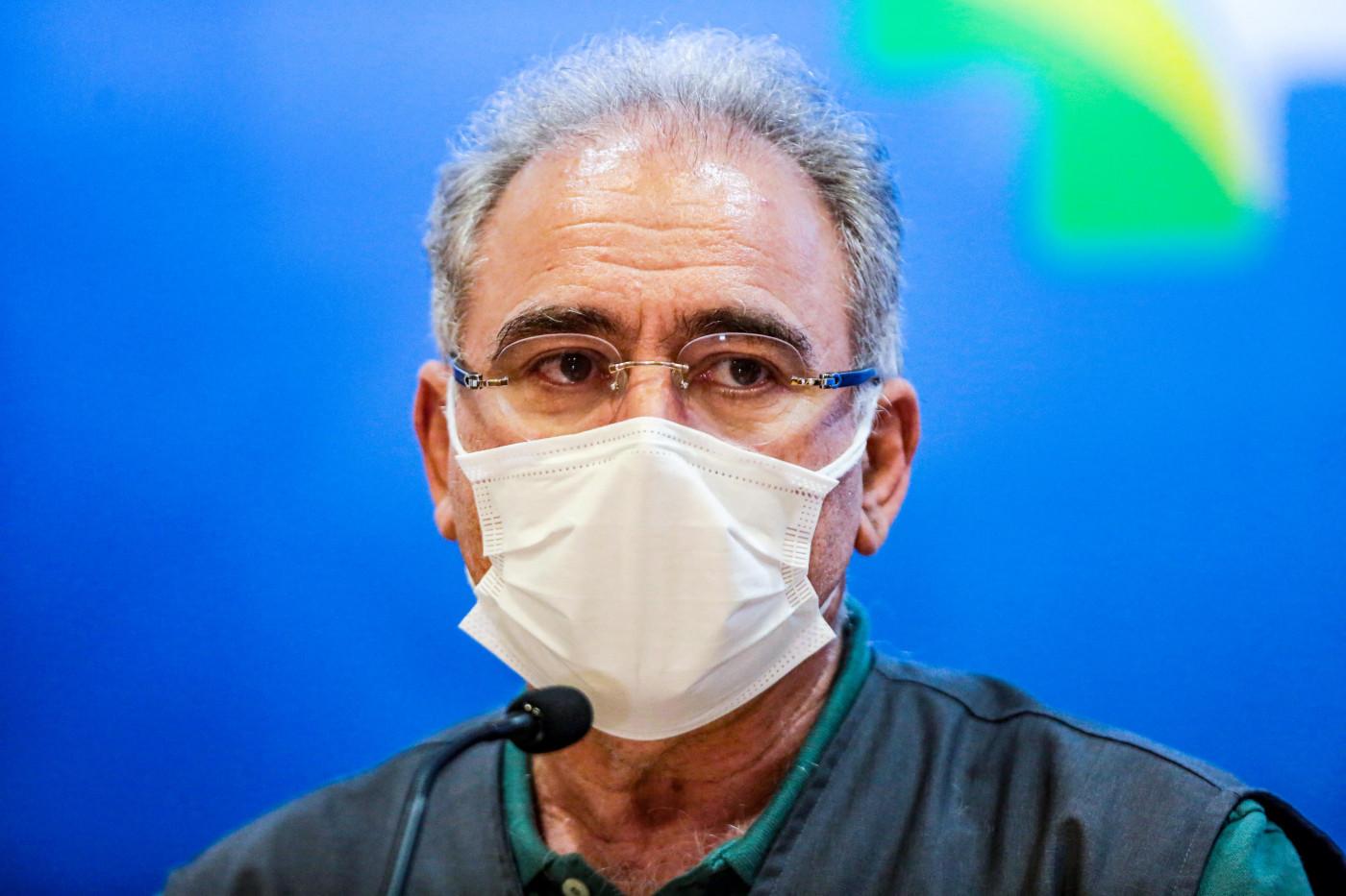 Usando máscara de proteção branca, o ministro da Saúde, Marcelo Queiroga, fala em coletiva de imprensa