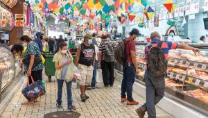 Clientes (pelo menos 18) se movimentam em corredor do Mercado Municipal da Lapa