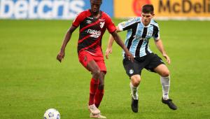 Lance durante partida entre Grêmio e Athletico PR, válido pelo Campeonato Brasileiro Série A