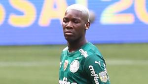 De olhos fechados e cabelo descolorido, Patrick de Paula em campo com a camisa do Palmeiras