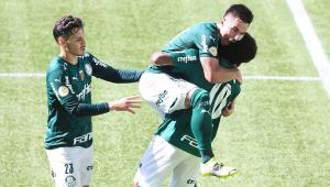 Após marcar um gol, Willian pula em cima de Luiz Adriano, enquanto Raphael Veiga chega para celebrar com os gois