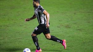 Hulk carrega a bola durante partida entre Atlético-MG e Santos