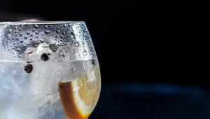 """O copo """"transpira"""" devido a um fenômeno chamado condensação"""