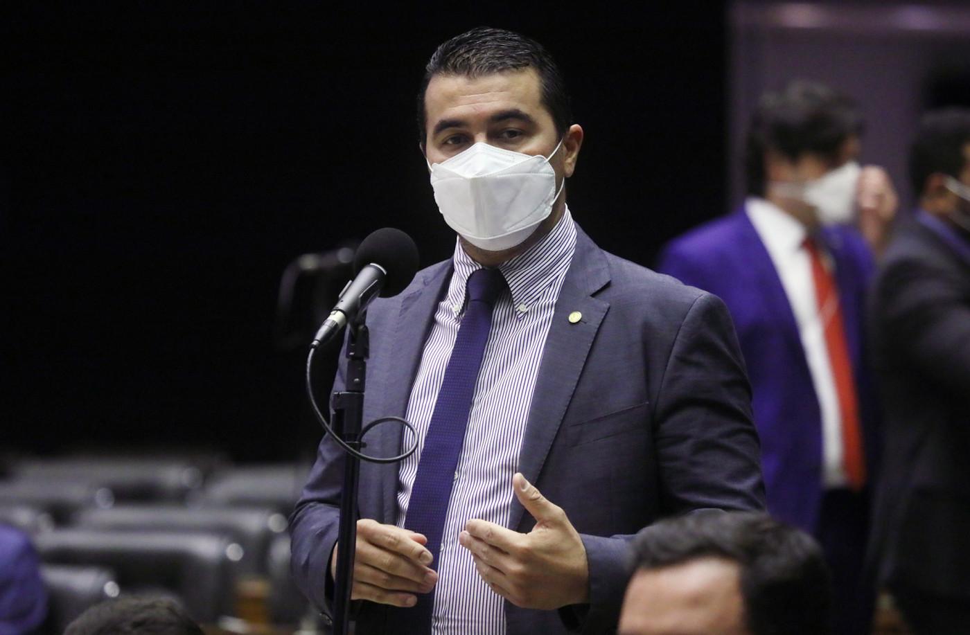 Deputado de máscara fala em sessão da Câmara