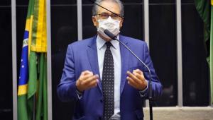Vestido com trajes sociais e usando máscara, o deputado Carlos Zarattini (homem branco de 62 anos, com cabelo ralo e grisalho) discursa no plenário da Cãmara