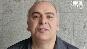O deputado Júlio Delgado (homem branco de 56 anos, com rosto rechonchudo e cabelo grisalho) grava depoimento no formato selfie