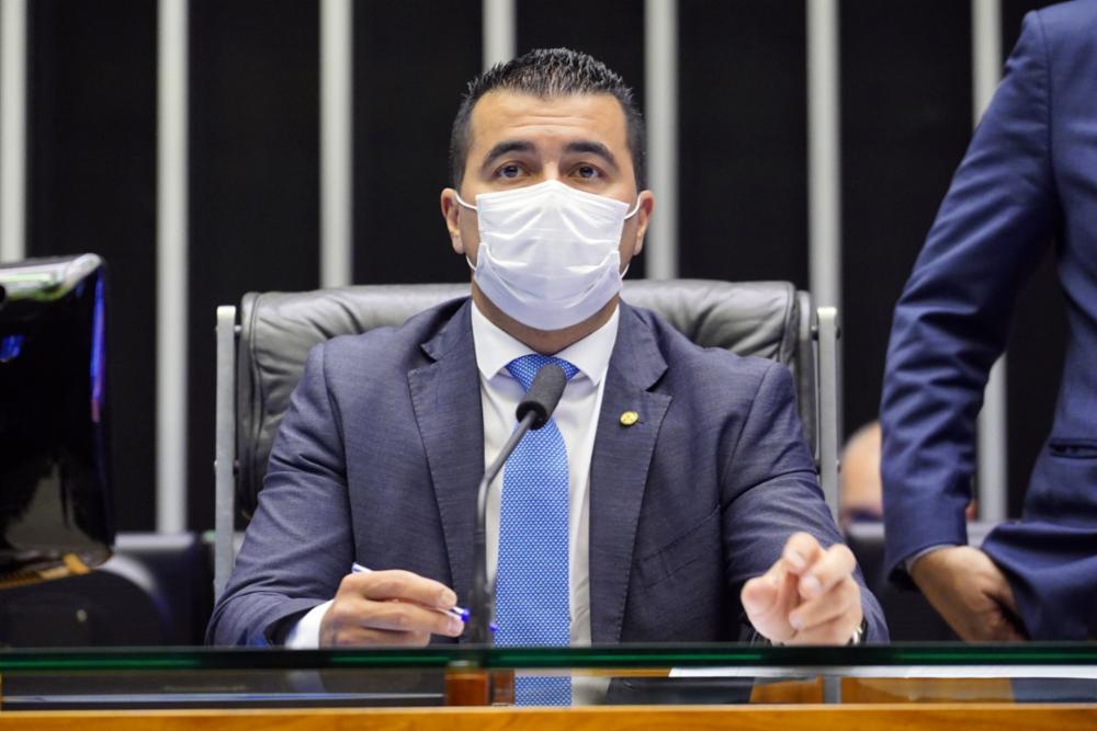 Deputado de máscara na Mesa Diretora da Câmara
