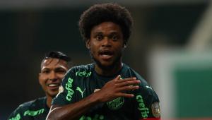 Luiz Adriano comemora gol com a camisa do Palmeiras em vitória sobre a Chapecoense