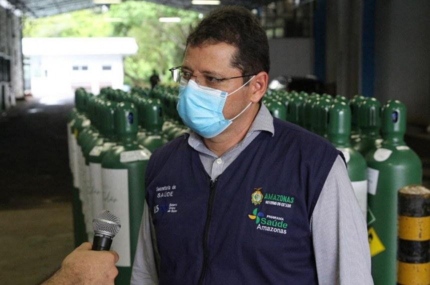 Homem de máscara concedendo entrevista