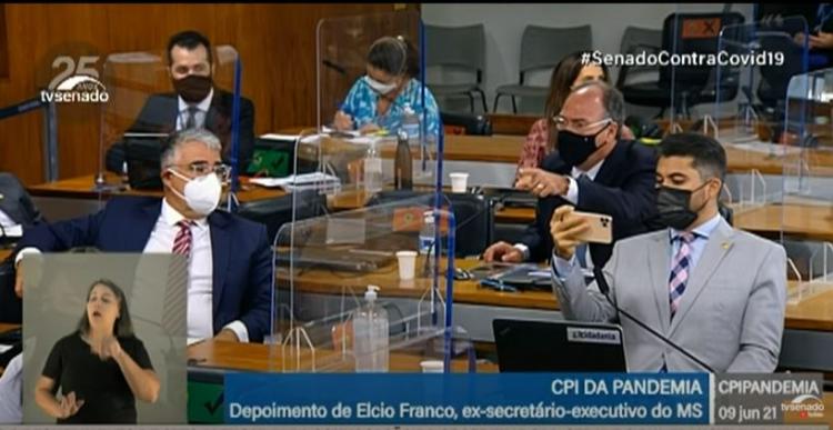 Senador filma sessão da CPI