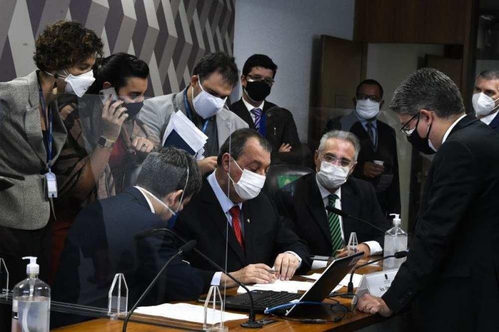 Senadores analisam documento