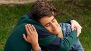 Cena da série Com Amor, Victor quem que os protagonistas estão abraçados