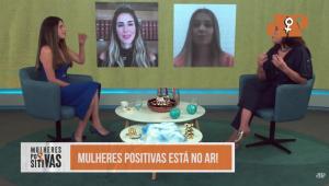 Quatro mulheres, duas sentadas em um sofá em um estúdio e duas por videoconferência, conversando