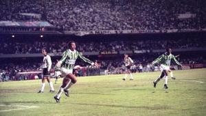 Evair comemora gol na final do Paulistão de 1993 entre Palmeiras e Corinthians