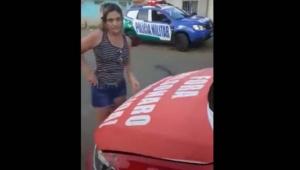 Carro da polícia e faixa de 'Fora Bolsonaro'