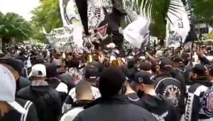 Com bandeiras e cruzes (que simbolizam morte de dirigentes), centenas de torcedores protestam contra a diretoria