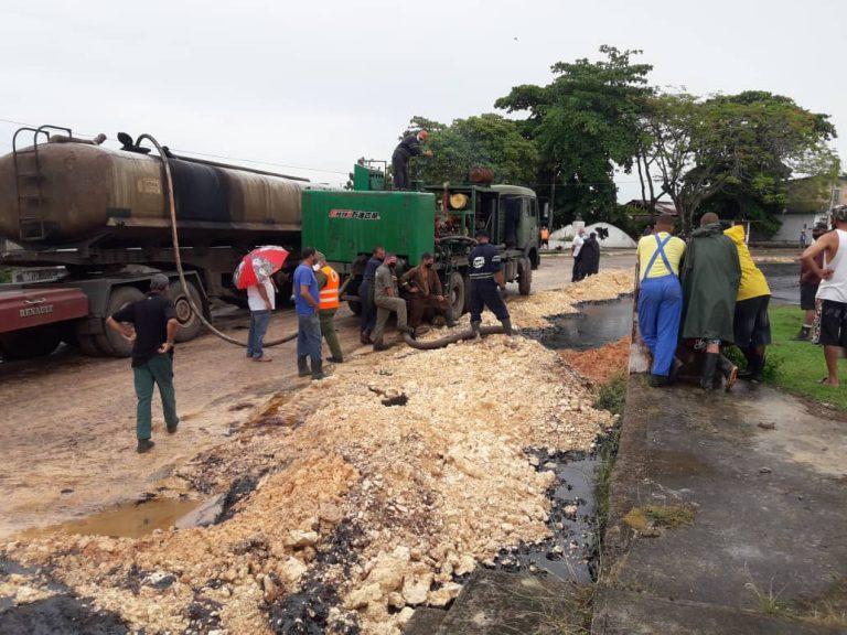 Agentes do governo de Cuba tentando conter vazamento de petróleo