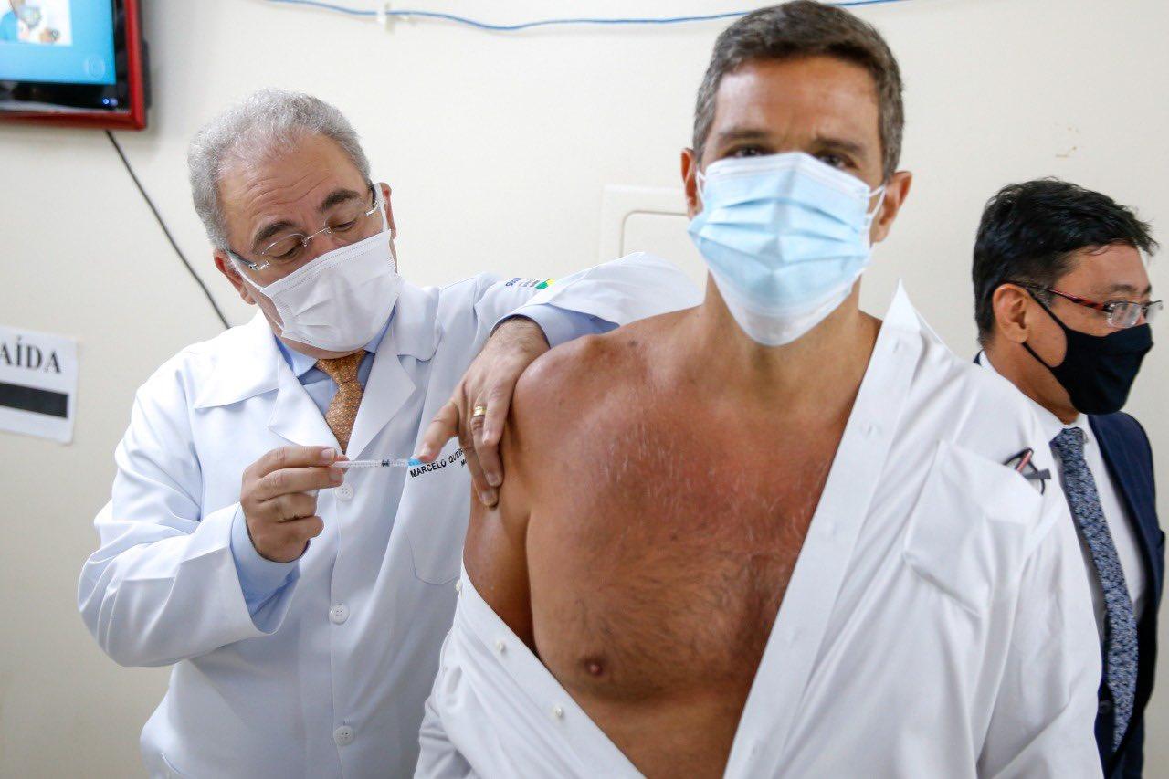 Ministro Marcelo Queiroga imuniza Roberto Campos Neto