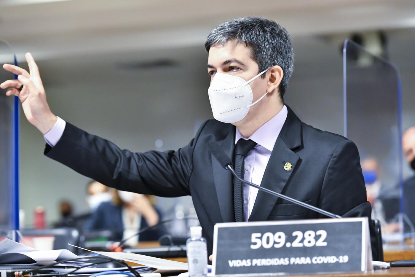 Senador Randolfe Rodrigues em Comissão no Senado Federal