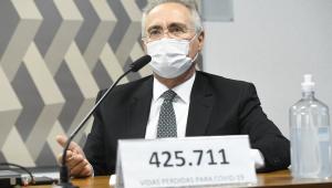 Renan Calheiros na frente de placa com número de mortos da Covid-19