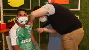 roni, do palmeiras, recebe vacina contra covid-19