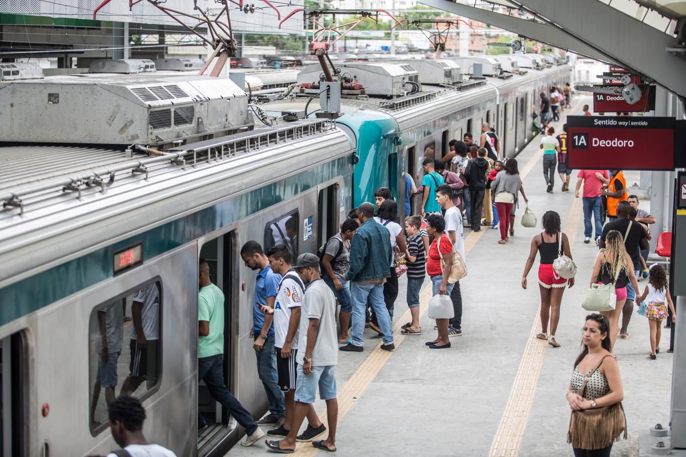Passageiros entrando no vagão do trem da SuperVia no Rio de Janeiro