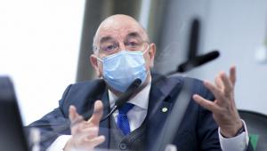 Deputado de máscara e óculos no plenário da CPI da Covid-19