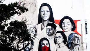 Mural ainda inacabado, pintado na lateral de hospital, mostra os rostos de nove profissionais da saúde